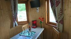 Le Cabanon du Bonheur-cuisine-une chambre-sdb-wc